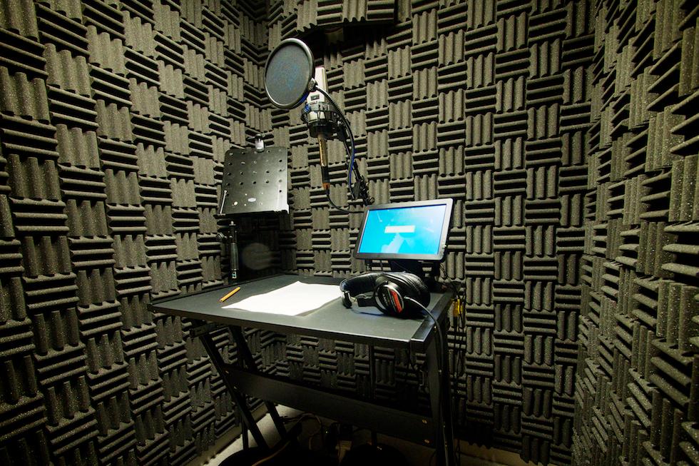 【録音ブース】 歌やナレーション、ソロ楽器等の収録に使用する小型の部屋です。