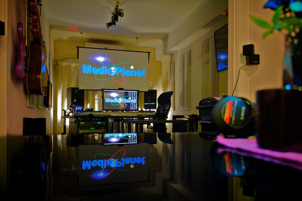 当社スタジオの調整室です。